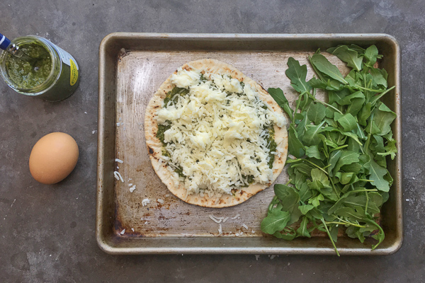 Try this Egg-In-A-Hole Pesto Pizza made with pita bread for a healthy breakfast. Recipe on Shutterbean.com!